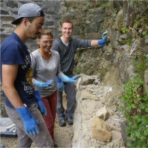 Vanade müüride ladumine läheb rahvusvahelises seltskonnas lõbusalt.